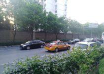 Bild zeigt Strasse mit chinesischem Taxi